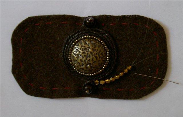 5. В конце оплетки под петлей аккуратно пришиваем шнур для вышивки узора.  Узор можно вышивать произвольно.